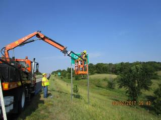 Cardinal Creek_DOT installing new sign